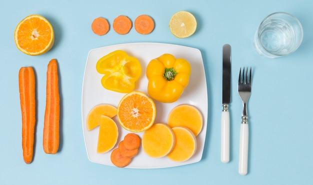 Variedade de vista superior de legumes e frutas Foto gratuita