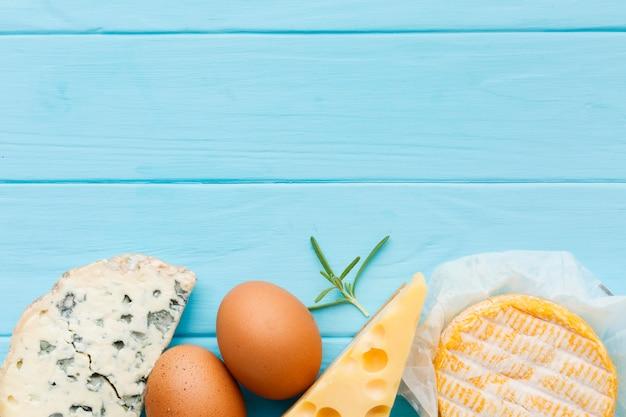 Variedade de vista superior de queijo saboroso com espaço de cópia Foto gratuita