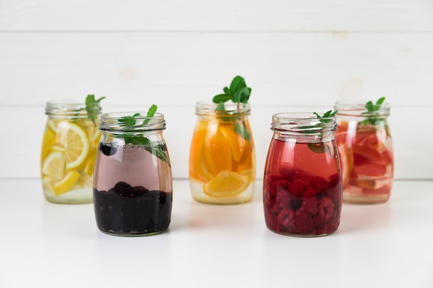 Variedade diferente de suco de frutas frescas Foto gratuita