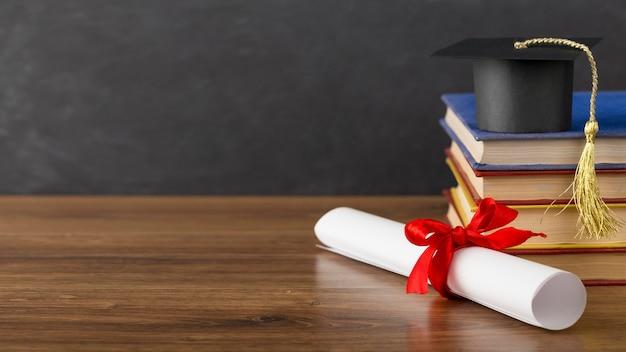 Variedade do dia da educação com chapéu de formatura e espaço de cópia Foto Premium