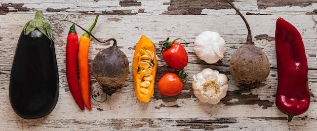 Variedade plana de vegetais e tomates Foto gratuita