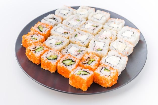 Variedades de sushi em um prato Foto gratuita