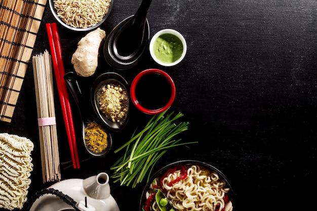 Variety defferent muitos ingredientes para cozinhar alimentos asiáticos orientais saborosos. vista superior com espaço de cópia. fundo escuro. acima. toning. Foto gratuita