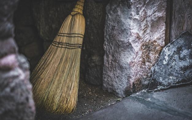 Varinha mágica fantástica vassoura de madeira; ferramentas mágicas do grupo de uma bruxa Foto Premium
