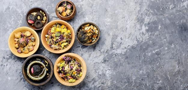 Vário tipo de chá de folhas Foto Premium