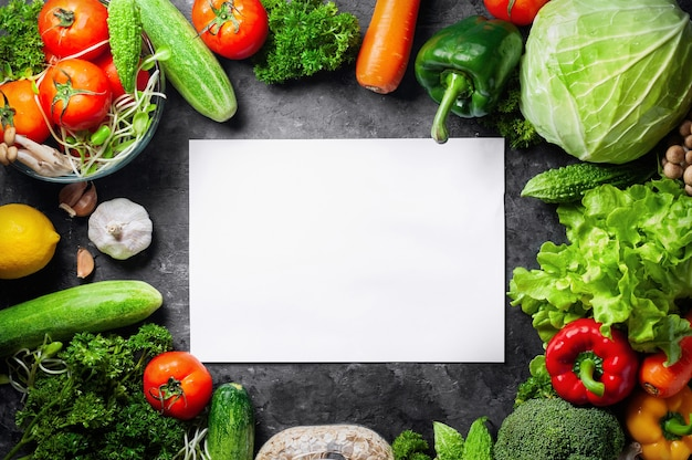Vários alimentos orgânicos frescos legumes para saudável em fundo rústico Foto Premium