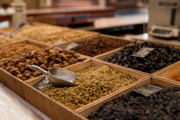 Vários alimentos secos no mercado Foto gratuita