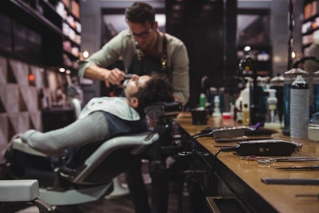 Vários aparadores na penteadeira Foto gratuita