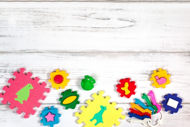 Vários brinquedos de bebê na mesa de madeira Foto Premium