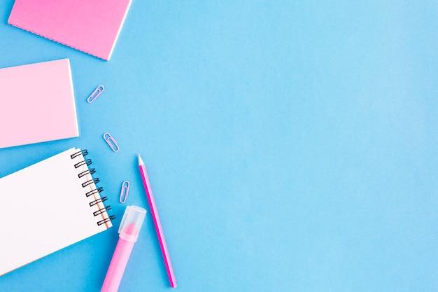 Vários cadernos na superfície azul Foto gratuita