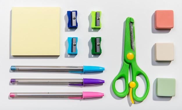 Vários cartões de post-it e ferramentas escolares Foto gratuita