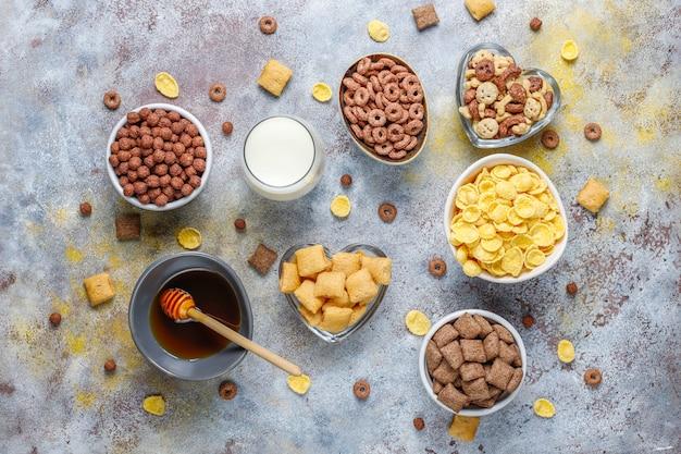 Vários cereais de café da manhã, vista superior Foto gratuita