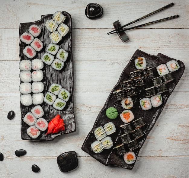 Vários conjuntos de sushi vista superior Foto gratuita