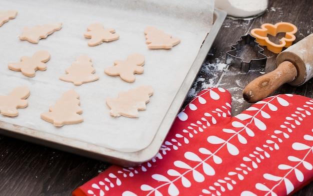 Vários em forma de massa de biscoito na assadeira Foto gratuita