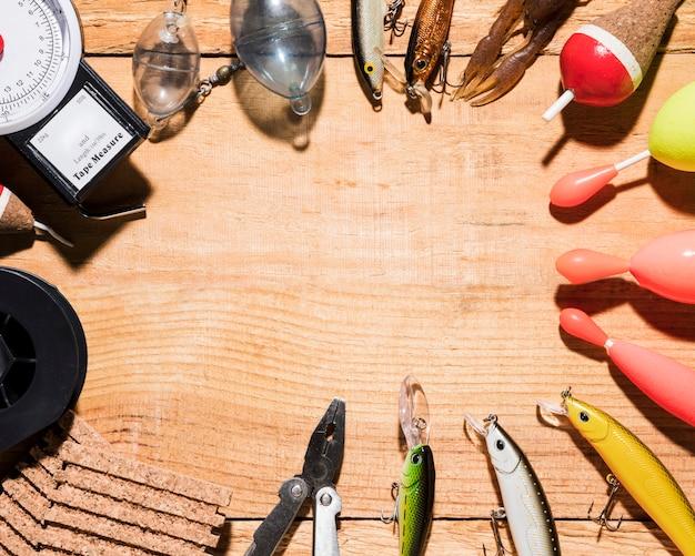 Vários equipamentos de pesca no pano de fundo de madeira com espaço para escrever o texto Foto gratuita