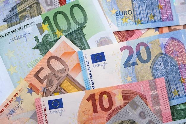Vários euros diferentes Foto gratuita