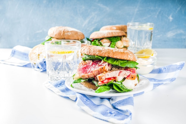 Vários hambúrgueres de frutos do mar e peixes Foto Premium