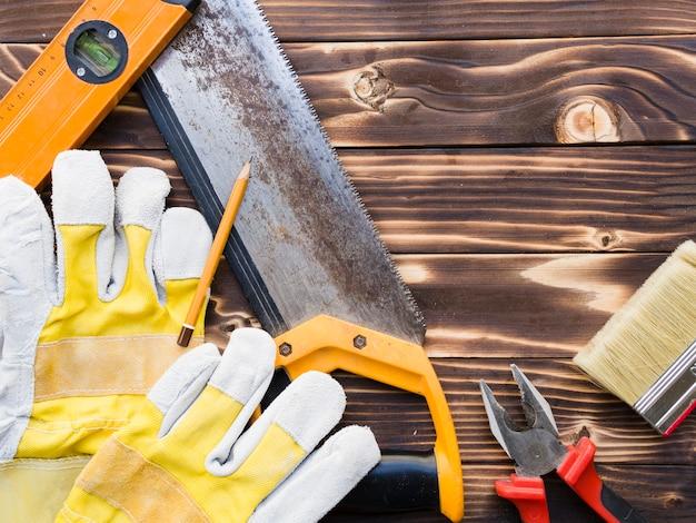 Vários implementos de carpinteiro na mesa de madeira Foto gratuita