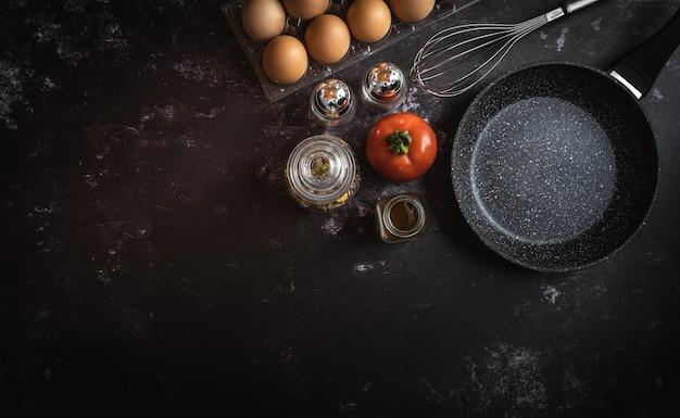 Vários ingredientes alimentares em um fundo escuro com um espaço para texto ou mensagem Foto Premium