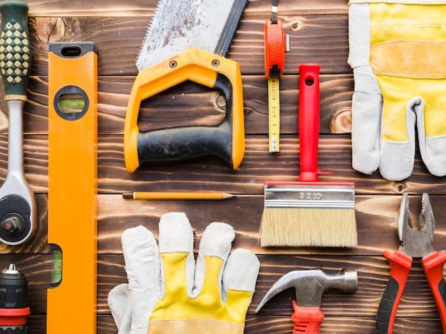 Vários instrumentos de carpinteiro na mesa Foto gratuita