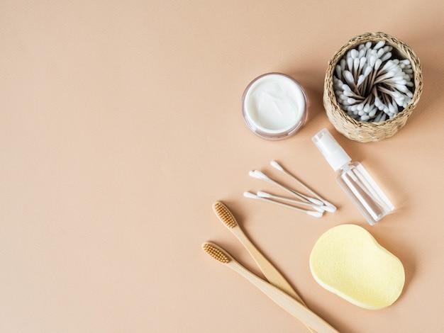 Vários itens para o cuidado da pele feminina Foto Premium