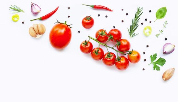 Vários legumes frescos e ervas. conceito de alimentação saudável Foto Premium