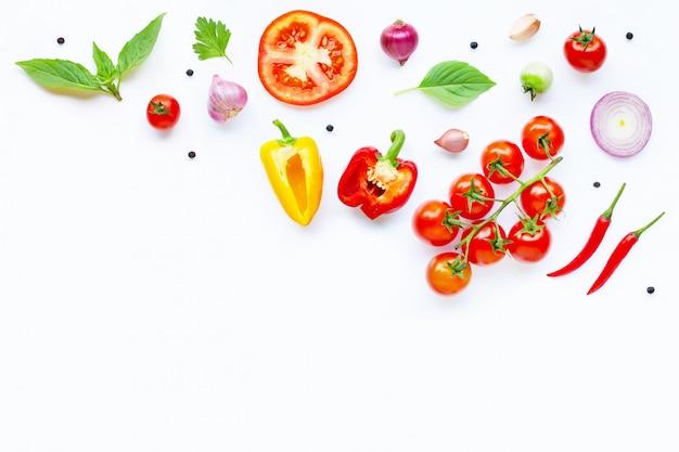 Vários legumes frescos e ervas no branco. conceito de alimentação saudável Foto Premium