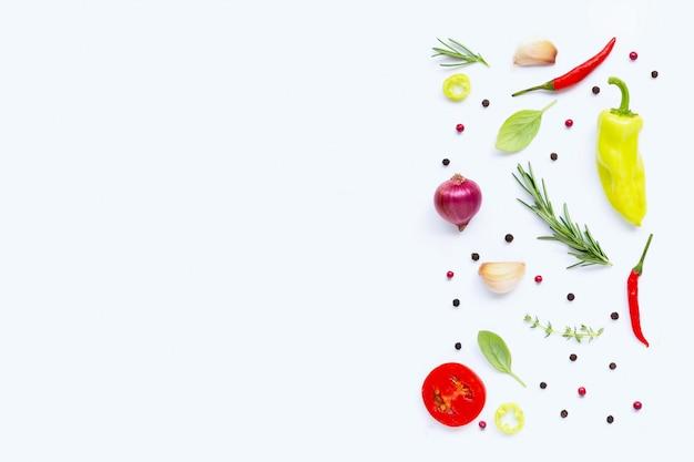 Vários legumes frescos e ervas no fundo branco. conceito de alimentação saudável Foto Premium