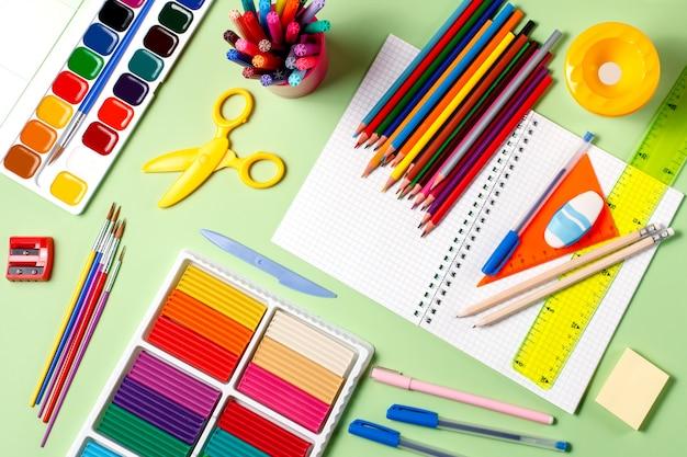 Vários materiais escolares em um desktop Foto Premium