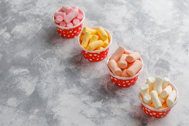 Vários mini marshmallows misturados em cinza, vista superior Foto gratuita
