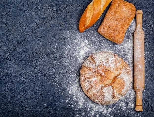 Vários pães crocantes rústicos com pão, farinha de trigo, rolo Foto Premium