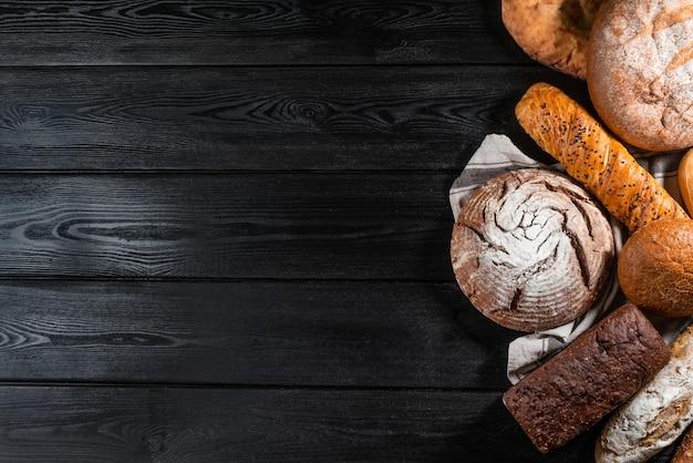 Vários pão duro e pães na mesa de pedra. vista do topo Foto Premium