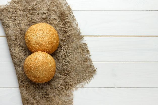 Vários pequenos grãos multi-forma triangular pão polvilhado com sementes de girassol inteiras Foto Premium