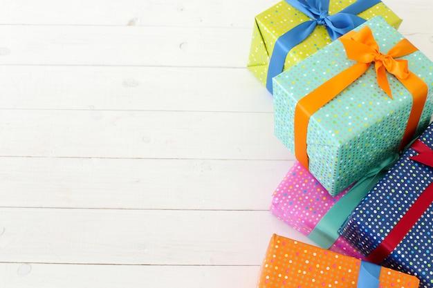 Vários presentes coloridos com laço Foto gratuita