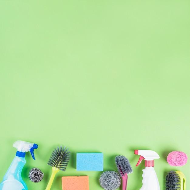 V rios produtos de limpeza na borda do pano de fundo verde - Limpiador de errores gratis ...