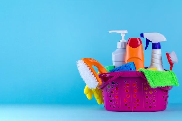 Vários produtos para limpar a casa em uma cesta Foto Premium