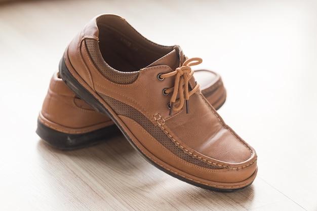 Vários sapatos de luxo na loja. Foto Premium