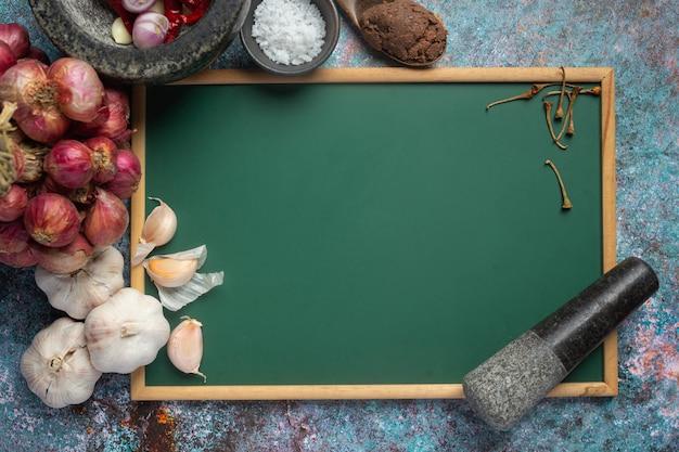 Vários temperos e ervas para cozinhar no preto Foto gratuita