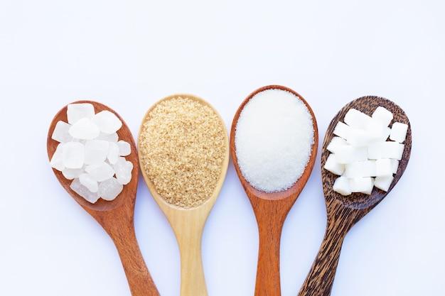 Vários tipos de açúcar em branco. Foto Premium