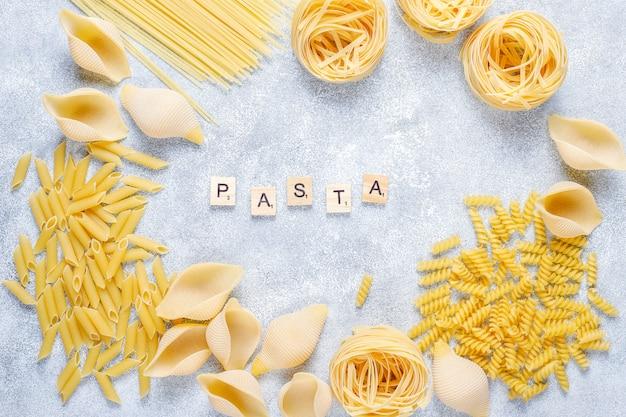 Vários tipos de massas alimentícias não cozidas. Foto gratuita