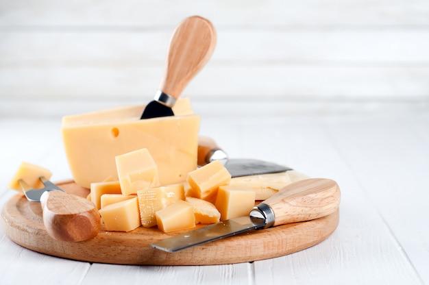 Vários tipos de queijo em um prato Foto Premium