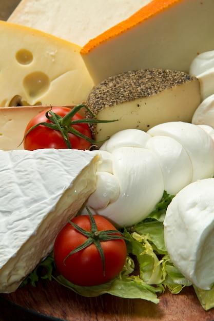 Vários tipos de queijo Foto Premium