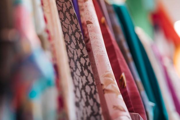 Vários tipos de roupas de tecido na loja Foto gratuita