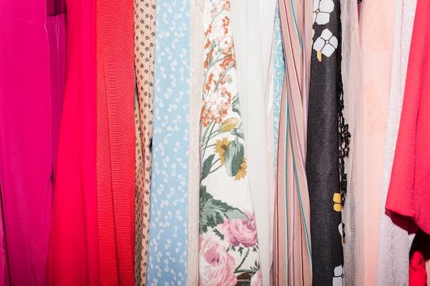 Vários tipos de roupas na loja de roupas Foto gratuita