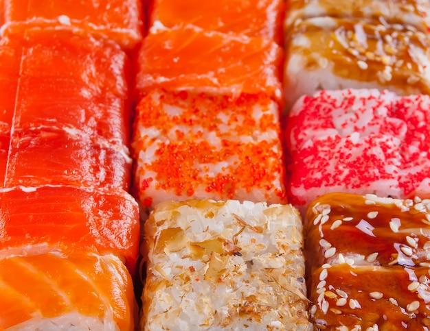 Vários tipos de sushi Foto Premium