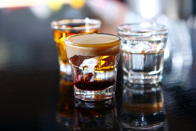 Vários tiros em um palco de bar Foto gratuita