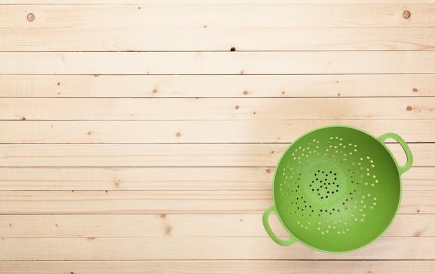 Vários utensílios de cozinha na mesa de madeira Foto Premium