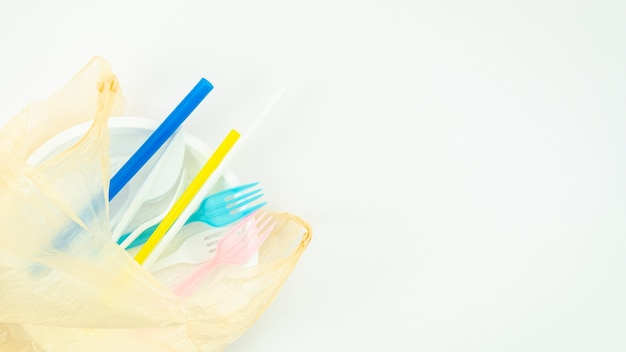 Vários utensílios de mesa descartáveis plásticos coloridos Foto gratuita