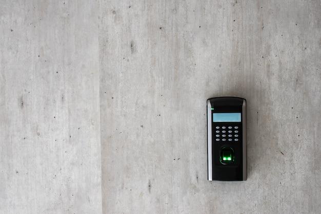 Varredura biométrica de um dedo para obter acesso a uma sala. copyspace Foto Premium