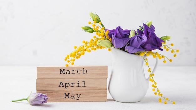 Vaso alto ângulo com flores Foto gratuita